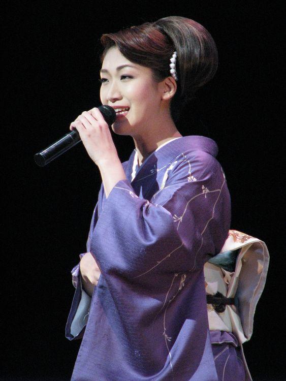 豊(左)と市川由紀乃 OSAKA歌謡 ...
